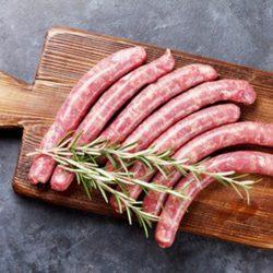 Saucisses de boeuf au piment d'Espelette par 6 par la Ferme Bichet, viande de boeuf charolais bio à la ferme traditionnelle, domaine et prairies naturelles, livraison fraîcheur.