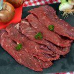 Découpe Manuelle Beefsteacks de boeuf charolais. Vendus 23,5 € / kg. Proposés en sachets de 4 beefsteacks de 135 g soit le sachet de 540 g à 12,69 €. Issus de différents muscles en fonction des disponibilités : tende tranche, tranche grasse…