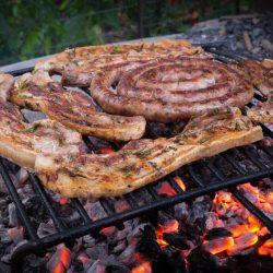 COLIS L'ESSENTIEL BARBECUE par la Ferme Bichet, viande de boeuf charolais bio à la ferme traditionnelle, domaine et prairies naturelles, livraison fraîcheur. Le Colis L'ESSENTIEL DE L'ETE se compose d'une côte de boeuf charolais, de deux kg de saucisses pur boeuf et de 2 kg de merguez pur boeuf. C'est l'intégral du barbecue terroir à prix colis.