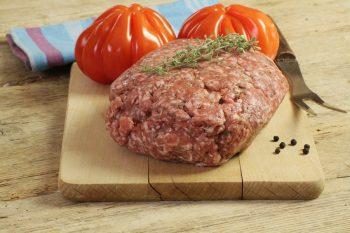 Chair à farcir par la Ferme Bichet, viande de boeuf charolais bio à la ferme traditionnelle, domaine et prairies naturelles, livraison fraîcheur.
