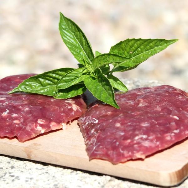 Découpe Manuelle Préparation de viande hachée de boeuf charolais. Vendues 17,5 €/kg. Proposées en sachets de 2 portions de 145g, soit le sachet de 290g à 5,07 €.